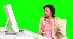 Επιχειρηματίας που αρχειοθετεί τα καρφιά της στο γραφείο της απόθεμα βίντεο