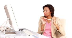 Επιχειρηματίας που αρχειοθετεί τα καρφιά της στο γραφείο της φιλμ μικρού μήκους