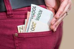 Επιχειρηματίας που βάζει τα ευρο- τραπεζογραμμάτια χρημάτων Στοκ εικόνα με δικαίωμα ελεύθερης χρήσης
