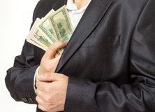 Επιχειρηματίας που βάζει τα χρήματα στην τσέπη σακακιών κοστουμιών Στοκ φωτογραφίες με δικαίωμα ελεύθερης χρήσης
