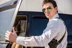 Επιχειρηματίας που βγαίνει από ένα αυτοκίνητο Στοκ Εικόνα