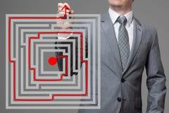 Επιχειρηματίας που βρίσκει τη λύση ενός λαβυρίνθου στοκ φωτογραφίες