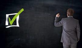 Επιχειρηματίας που γράφει με την έννοια τετραγωνιδίου στον πίνακα ελεύθερη απεικόνιση δικαιώματος