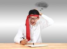 Επιχειρηματίας που γράφει με το σημειωματάριο στο γραφείο Ασιατικό θόριο επιχειρηματιών Στοκ φωτογραφίες με δικαίωμα ελεύθερης χρήσης