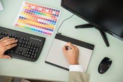 Επιχειρηματίας που γράφει στη γραφική ταμπλέτα Στοκ φωτογραφία με δικαίωμα ελεύθερης χρήσης