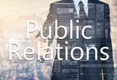 επιχειρηματίας που γράφει τις δημόσιες σχέσεις στο διαφανή πίνακα με το γ Στοκ εικόνα με δικαίωμα ελεύθερης χρήσης
