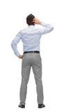 Επιχειρηματίας που γρατσουνίζει το κεφάλι του από την πλάτη Στοκ φωτογραφία με δικαίωμα ελεύθερης χρήσης