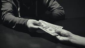 Επιχειρηματίας που δίνει τα χρήματα δωροδοκιών στο συνεργάτη σε μια απάτη δωροδοκίας στοκ φωτογραφία