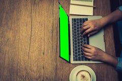 Επιχειρηματίας που δακτυλογραφεί τα στοιχεία στο lap-top για την περίληψη Στοκ Εικόνες