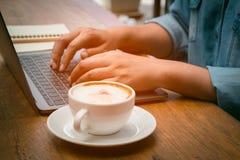 Επιχειρηματίας που δακτυλογραφεί τα στοιχεία στο lap-top για την περίληψη Στοκ φωτογραφίες με δικαίωμα ελεύθερης χρήσης
