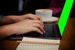 Επιχειρηματίας που δακτυλογραφεί τα στοιχεία στο lap-top για την περίληψη Στοκ Φωτογραφία