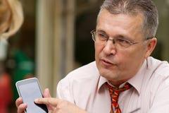 Επιχειρηματίας που δείχνει στο έξυπνο τηλέφωνό του Στοκ φωτογραφίες με δικαίωμα ελεύθερης χρήσης