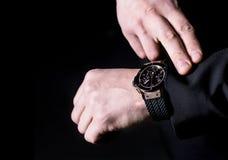 Επιχειρηματίας που δείχνει στο wristwatch του Κινηματογράφηση σε πρώτο πλάνο, copyspace Στοκ εικόνες με δικαίωμα ελεύθερης χρήσης