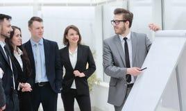 Επιχειρηματίας που δείχνει τη μάνδρα στον κενό πίνακα για την παρουσίαση Στοκ φωτογραφίες με δικαίωμα ελεύθερης χρήσης