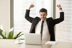 Επιχειρηματίας που διεγείρεται λόγω του επιτεύγματος στην επιχείρηση Στοκ Εικόνα