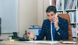 Επιχειρηματίας που διοργανώνει τη συζήτηση τηλεφωνικώς στην αρχή Στοκ εικόνα με δικαίωμα ελεύθερης χρήσης