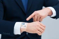 Επιχειρηματίας που δείχνει κάτι στο χέρι του Στοκ Εικόνες