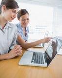 Επιχειρηματίας που δείχνει κάτι στο lap-top για το συνάδελφο Στοκ φωτογραφίες με δικαίωμα ελεύθερης χρήσης