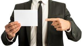 Επιχειρηματίας που δείχνει μια κενή κάρτα Στοκ Εικόνα