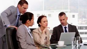Επιχειρηματίας που δείχνει στην οθόνη ενός lap-top φιλμ μικρού μήκους