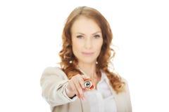 Επιχειρηματίας που δείχνει στη κάμερα με τη μάνδρα Στοκ Εικόνες