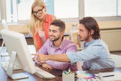 Επιχειρηματίας που δείχνει στον υπολογιστή Στοκ εικόνα με δικαίωμα ελεύθερης χρήσης