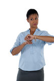 Επιχειρηματίας που δείχνει στο wristwatch της Στοκ φωτογραφία με δικαίωμα ελεύθερης χρήσης