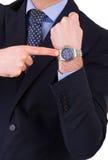 Επιχειρηματίας που δείχνει στο wristwatch του. Στοκ εικόνες με δικαίωμα ελεύθερης χρήσης