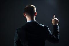 Επιχειρηματίας που δείχνει το δάχτυλο κάτι αόρατο Στοκ εικόνες με δικαίωμα ελεύθερης χρήσης