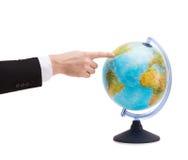 Επιχειρηματίας που δείχνει το δάχτυλο τη γήινη σφαίρα Στοκ φωτογραφία με δικαίωμα ελεύθερης χρήσης