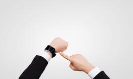 Επιχειρηματίας που δείχνει το έξυπνο ρολόι στο χέρι του Στοκ Εικόνες