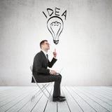 Επιχειρηματίας που δείχνει το λαμπτήρα Στοκ εικόνα με δικαίωμα ελεύθερης χρήσης