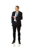 Επιχειρηματίας που δείχνει το αριστερό Στοκ Εικόνες