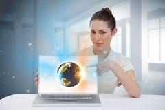 Επιχειρηματίας που δείχνει το lap-top της που παρουσιάζει γη γραφική Στοκ Φωτογραφίες