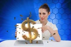 Επιχειρηματίας που δείχνει το lap-top της που παρουσιάζει σημάδι δολαρίων Στοκ εικόνα με δικαίωμα ελεύθερης χρήσης