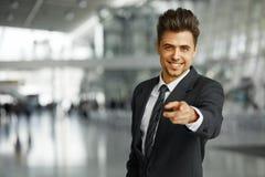 επιχειρηματίας που δείχ&nu επιτυχία Στοκ φωτογραφίες με δικαίωμα ελεύθερης χρήσης