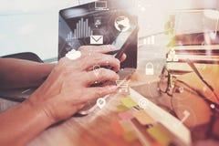 επιχειρηματίας που λειτουργούν με το έξυπνα τηλέφωνο και το βιβλίο και έγγραφο στο wo Στοκ Εικόνες