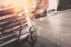 επιχειρηματίας που λειτουργούν με το έξυπνα τηλέφωνο και το βιβλίο και έγγραφο στο wo Στοκ Φωτογραφίες
