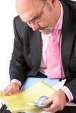 επιχειρηματίας που ελέγχει τον υπολογισμό με λογιστικό φύλλο (spreadsheet) του Στοκ εικόνες με δικαίωμα ελεύθερης χρήσης
