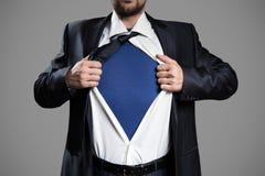 Επιχειρηματίας που ενεργεί όπως έναν έξοχο ήρωα και λυσσασμένος το πουκάμισό του Στοκ Εικόνα