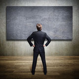 Επιχειρηματίας που εξετάζει έναν κενό τοίχο Στοκ Φωτογραφία