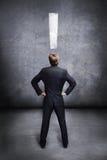 Επιχειρηματίας που εξετάζει έναν κενό τοίχο στοκ εικόνες με δικαίωμα ελεύθερης χρήσης