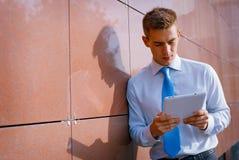 Επιχειρηματίας που εξετάζει κάτω τον υπολογιστή ταμπλετών Στοκ Εικόνες