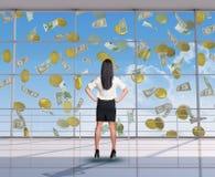 Επιχειρηματίας που εξετάζει τα πετώντας χρήματα Στοκ Φωτογραφίες