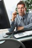 Επιχειρηματίας που εξετάζει την οθόνη στην αρχή στοκ φωτογραφία με δικαίωμα ελεύθερης χρήσης