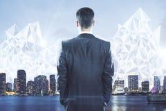 Επιχειρηματίας που εξετάζει την πόλη με το polygonal σχέδιο Στοκ φωτογραφία με δικαίωμα ελεύθερης χρήσης