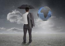 Επιχειρηματίας που εξετάζει τη γήινη προβολή Στοκ Εικόνες
