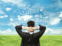 Επιχειρηματίας που εξετάζει τη επιχειρησιακή στρατηγική Στοκ Εικόνες