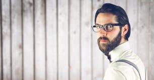 Επιχειρηματίας που εξετάζει τη κάμερα ενάντια στον τοίχο Στοκ Φωτογραφίες