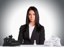 Επιχειρηματίας που εξετάζει τη κάμερα σκακιέρα Στοκ Εικόνες